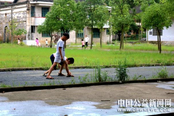 """长沙医学院志愿者走进大山村庄""""繁华""""的背后"""