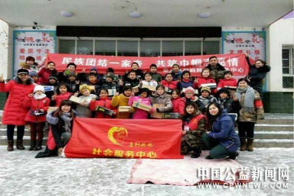 河北公益组织暖心鞋送伊犁山区留守儿童