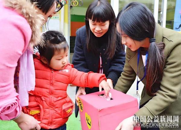 """德化:""""献出一份爱心,托起一份希望""""爱心义卖活动在小叮当幼儿园举行"""
