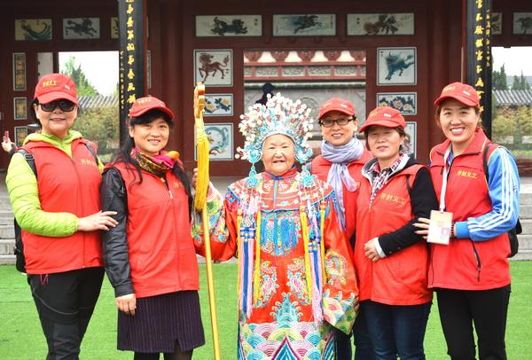 开封市义工陪伴孤寡老人游览天波杨府公园