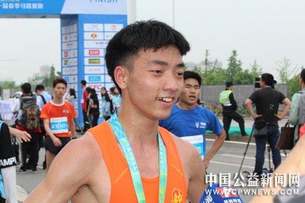 为爱奔跑,公益湘马——74名长医志愿者守卫2018湘江马拉松赛