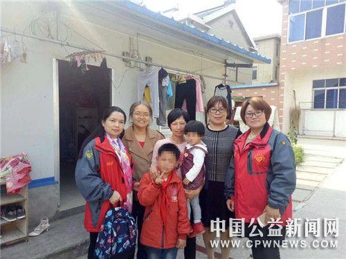江苏扬中:网友义工走访贫困生,亲情暖人心