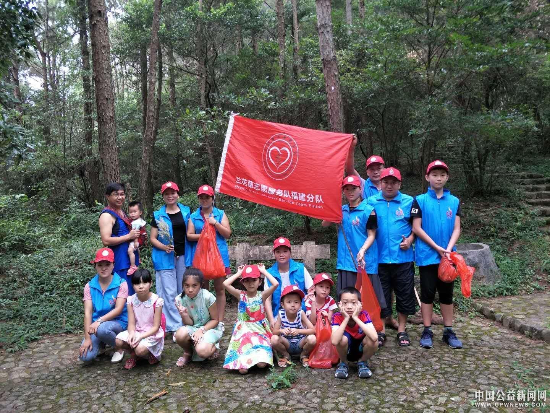 德化:兰花草志愿者进景区 打扫卫生传播文明理念