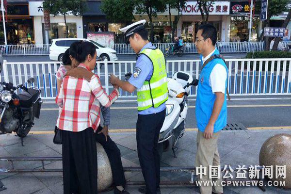德化:老人晕倒街头 警民协力及时救助
