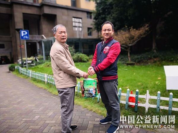 杭州:跨界合作 龙8同行 爱满重阳 情暖老兵