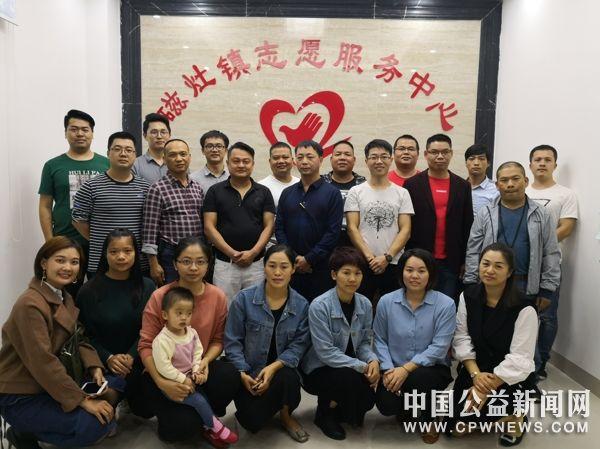 磁灶镇志愿者协会第二届会员代表大会  吴俊荣连任会长