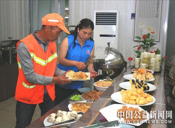 德化:爱心午餐 情暖环卫工人