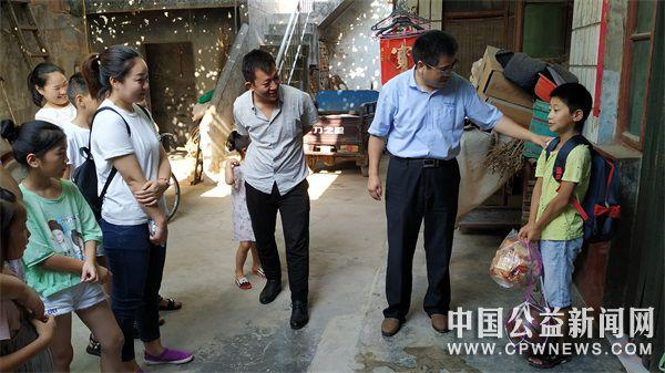 """河南辉县市:""""点亮微心愿"""",10个山区孩子实现心愿"""