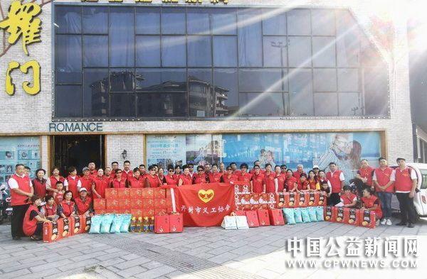 开封市义工协会中秋节前慰问49位孤寡老人和3位抗战老兵