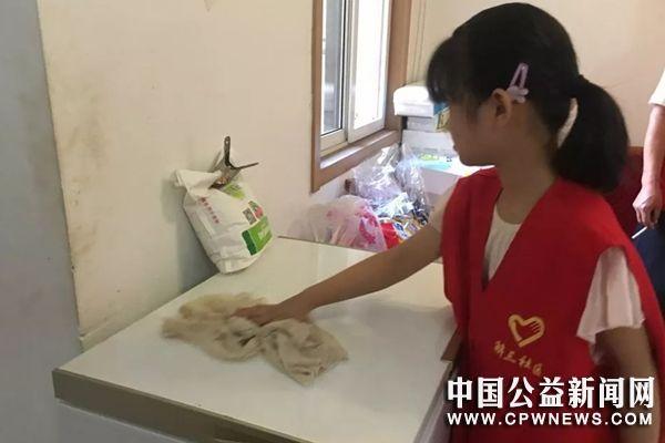 """安徽蚌埠:解放街道解开展""""志愿者上门为空巢老人打扫卫生志愿服务活动"""