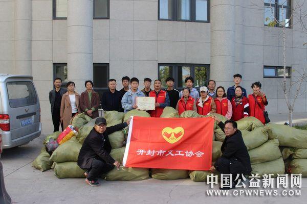 河南大学民生学院向开封市义工协会捐衣4000多件