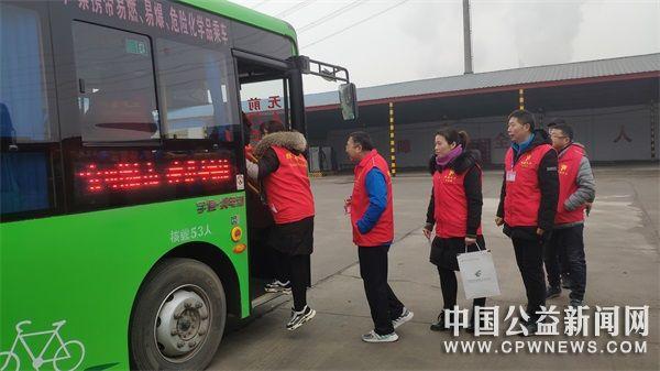 河南辉县:16名星级志愿者有了免费公交卡
