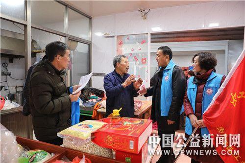 江苏:扬中长江拥军社慰问对越自卫反击战烈士家属