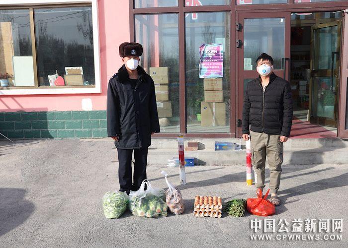 新疆塔城市:新疆塔城边境管理支队民警积极帮助口岸群众购买生活物资赢赞誉