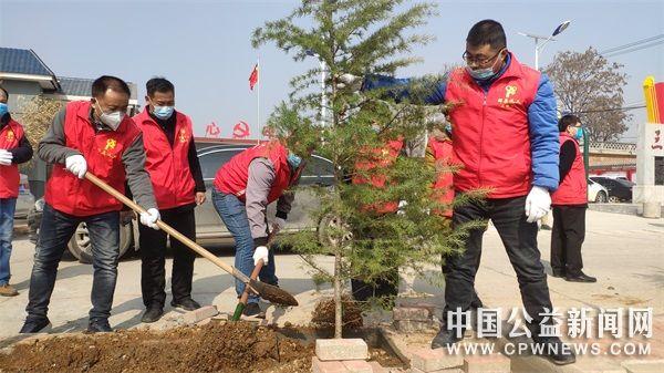 河南:辉县义工学习雷锋日植树和防疫并举