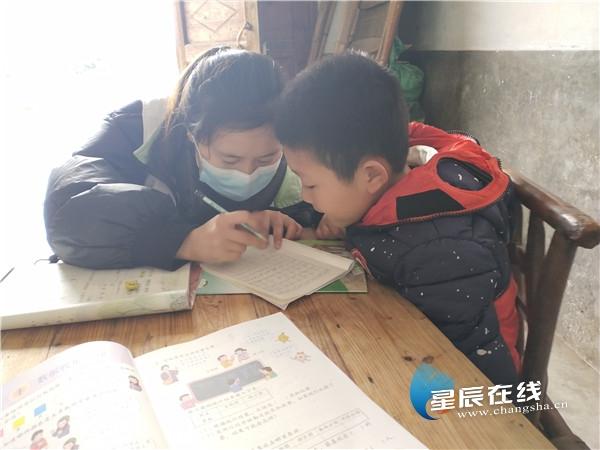长沙县社工与志愿者携手 暖心帮扶困境儿童