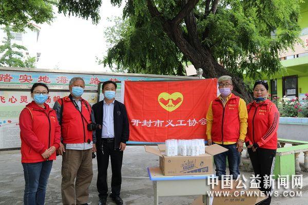 开封义工张帅向百塔小学捐赠200瓶多效净化消毒液