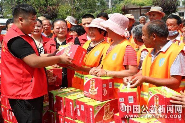 """山东:郯城志愿者为300名环卫工人过""""父亲节"""""""