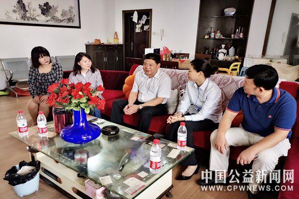 蚌埠:尊师重道 青文创协会教师节慰问退休教师