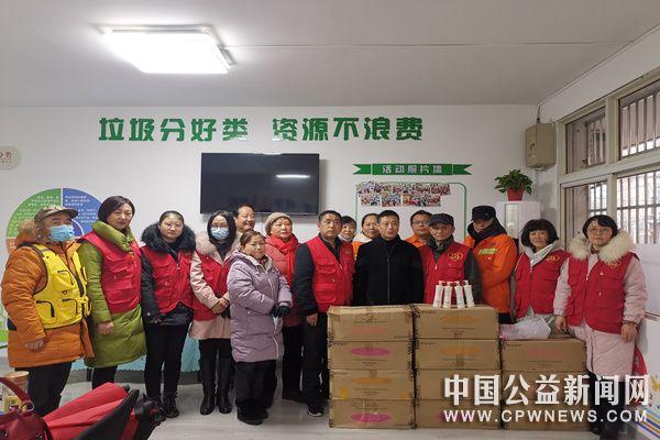 安徽蚌埠:公益协会为一线环卫工人捐赠润肤乳