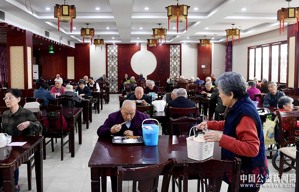 """社会组织服务居民存在的问题:以""""为老服务中心""""为例"""