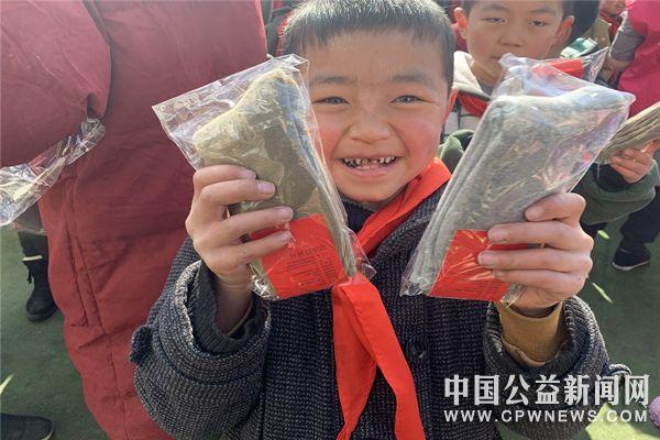 重庆:暖心棉袜温暖武隆山区孩子小脚丫