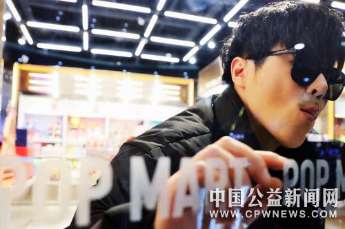 范景翔、洪立伟创作《实现》携手POP MART倡导「艺术疗愈」世界公益