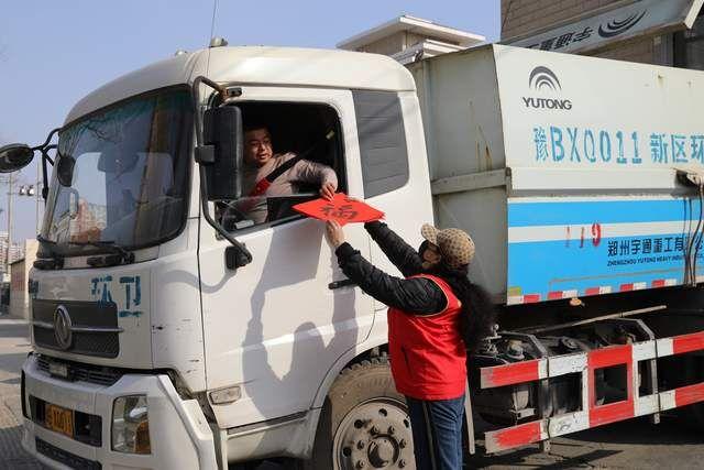 河南:开封义工580个福给环卫工人送去新春的吉祥