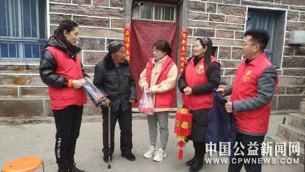 河南:辉县交通运输局志愿者山区温暖送元宵