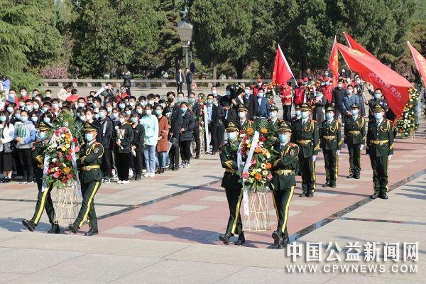 缅怀革命先烈 传承百年红色基因|牧经学子赴郑州市烈士陵园开展清明节祭英烈主题活动