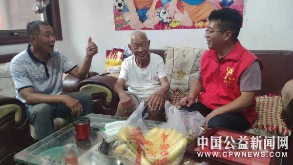河南:辉县义工灾后慰问抗战老英雄张勤合