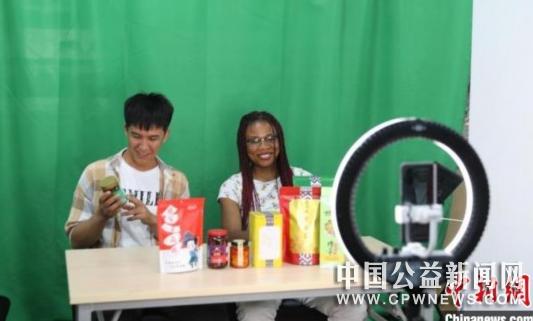 中南大学留学生走进乡村看小康:直播带货感知真实中国