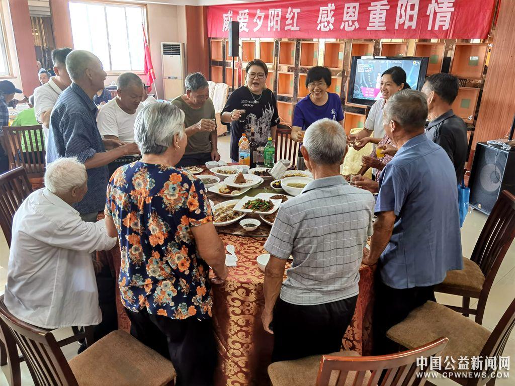 江苏扬中:彩虹义工携手爱心企业陪伴老人共度重阳节