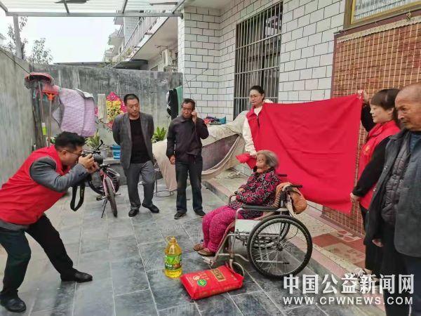 河南辉县:交通运输局志愿者重阳节敬老到张村宰河